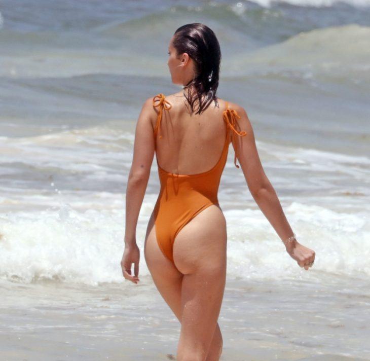 Белла Хадид на пляже с сочной попой