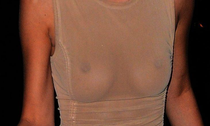Белла Хадид обнажает свою грудь на публике