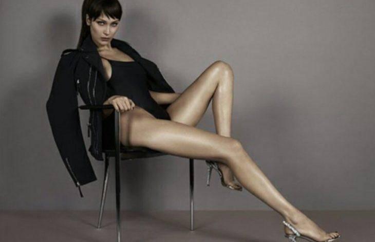 Белла Хадид позирует в нижнем белье с длинными ногами