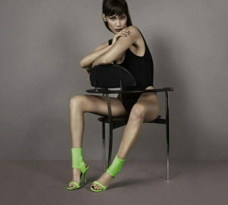 Белла Хадид позирует в нижнем белье в зелёных носках