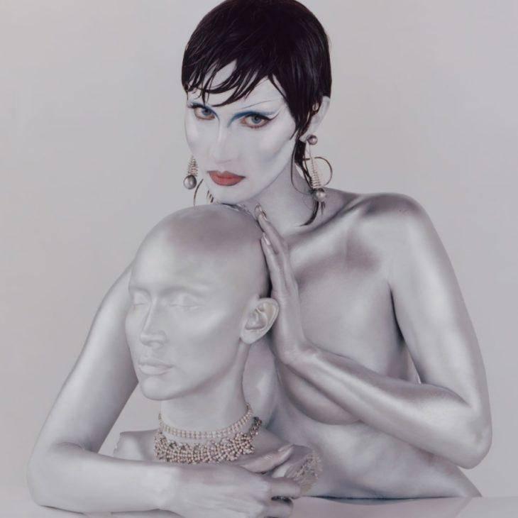Белла Хадид в серебрянной краске