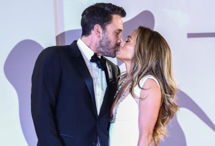 Дженнифер Лопес и Бен Аффлек целуются