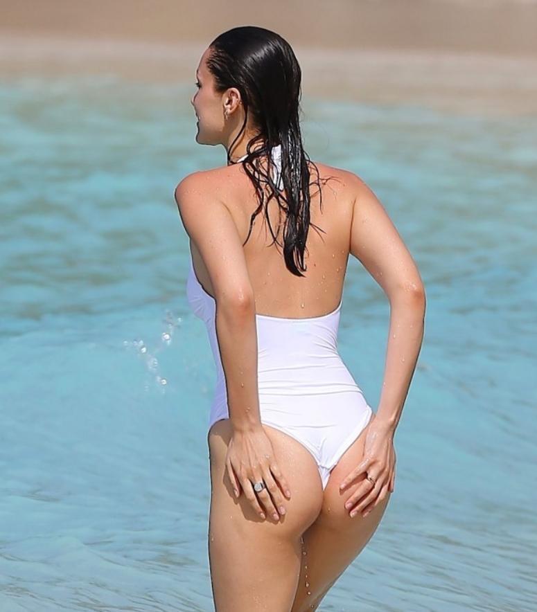 Фото топлесс и в белом бикини