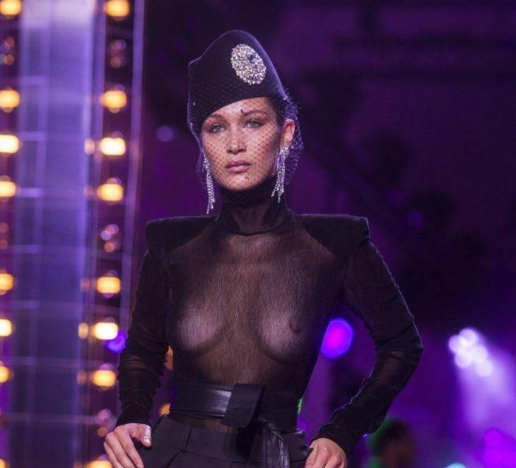 Секси Модель в прозрачной одежде