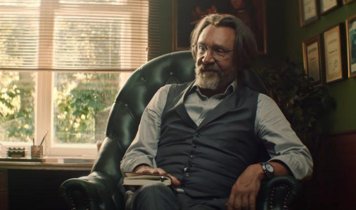 Сергей Шнуров в жилетке на кресле