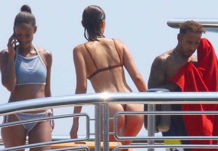 В купальнике на яхте
