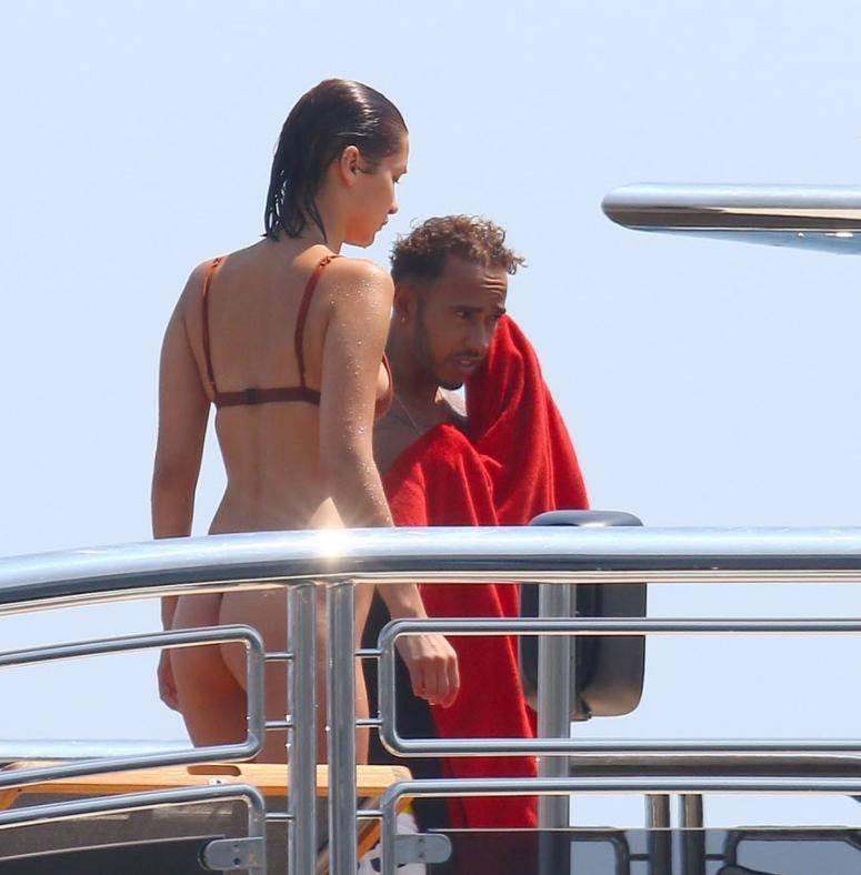 В купальнике на яхте с паренм