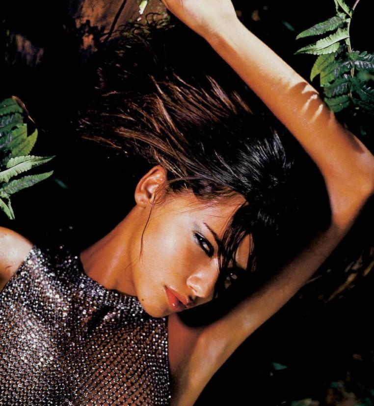 Adriana lima сексуальная фотосессия в купальнике в джунглях