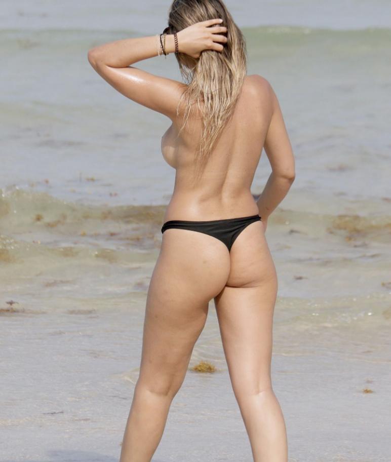 Актрисы расслабляются на пляже (1)