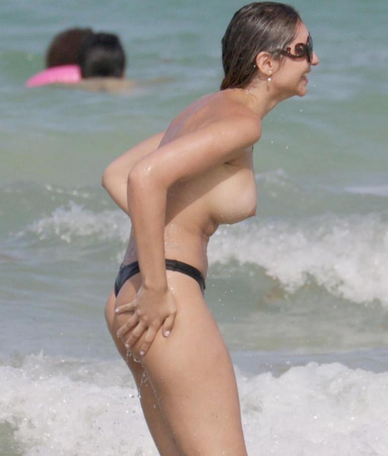 Актрисы расслабляются на пляже (2)