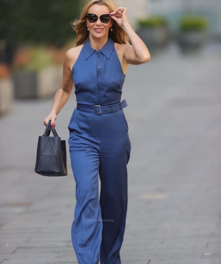 Amanda holden в синем брючном костюме на улицах лондона