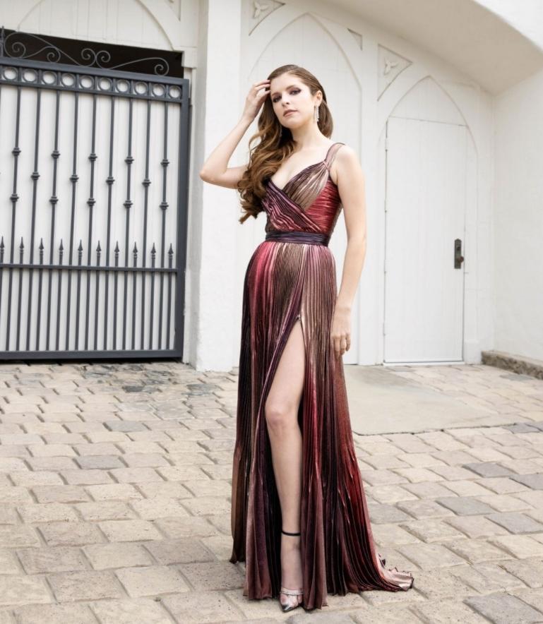 Анна кендрик в сексуальном длинном платье на bafta 2021