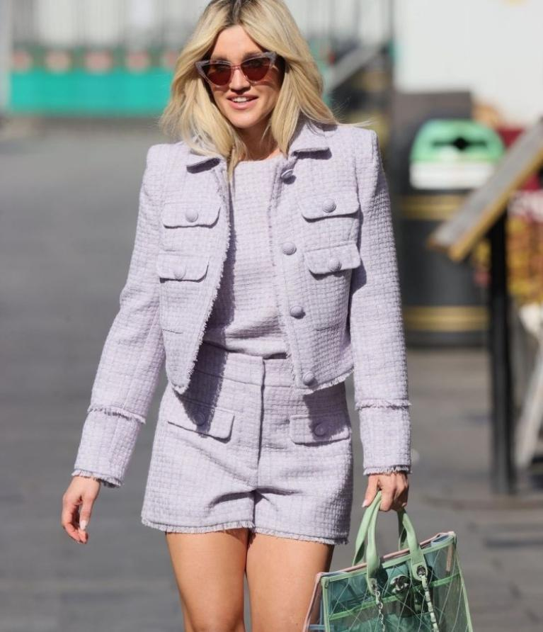 Ashley roberts выглядит шикарно в коротких шортах на улецах лондона