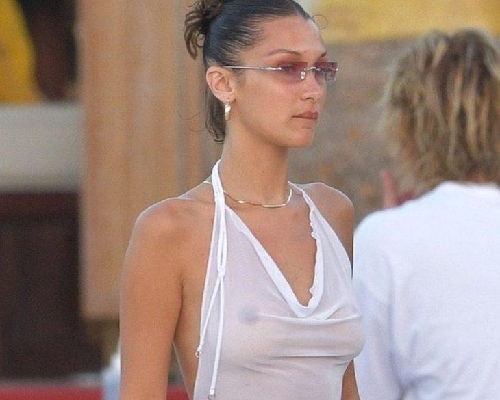 Папарацци Bella Hadid без лифчика