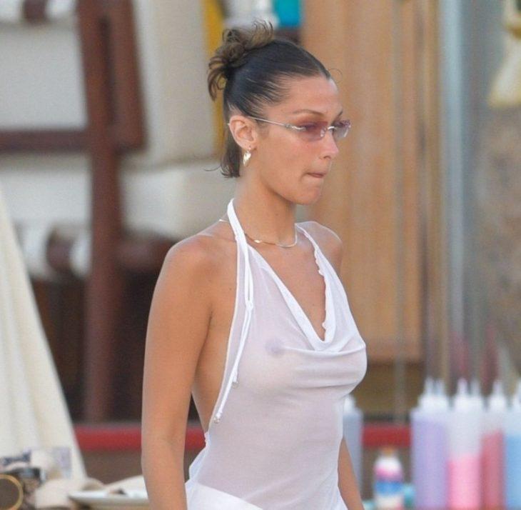 Модель Bella Hadid без лифчика