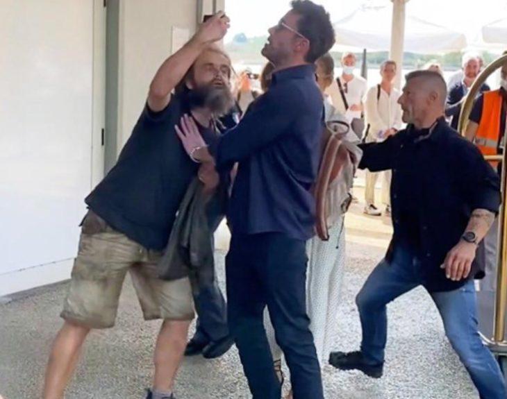 Ben Affleck толкнул фаната