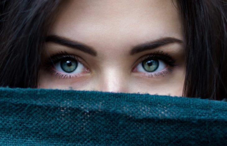 выразительные женские глаза и брови