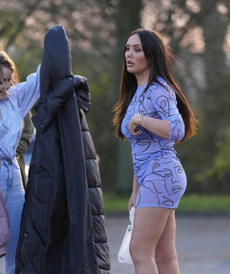 Charlotte crosby в прозрачном платье с подругами на прогулке (фото)