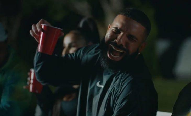 Drake довольный смеётся