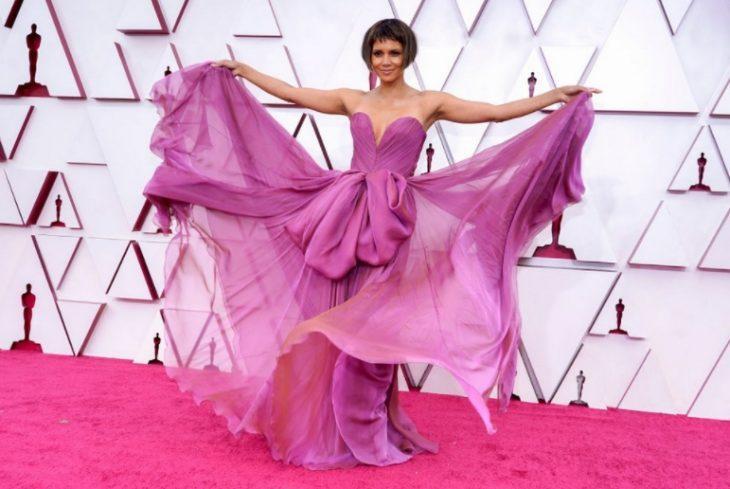 Halle berry в розовом платье на вручении наград academy awards 2021 (фото)