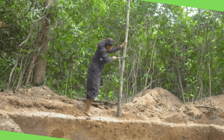 Женщина строит землянку