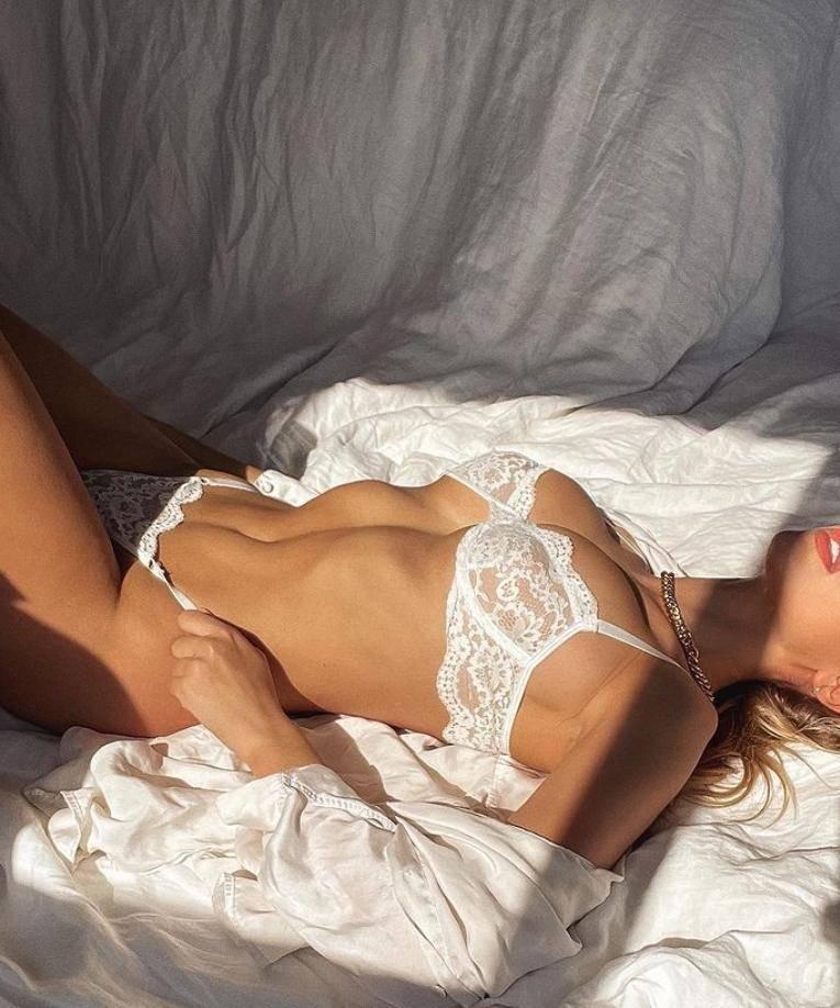 Кара дель торо без одежды в лифчиках и трусиках, горячие фото (5)