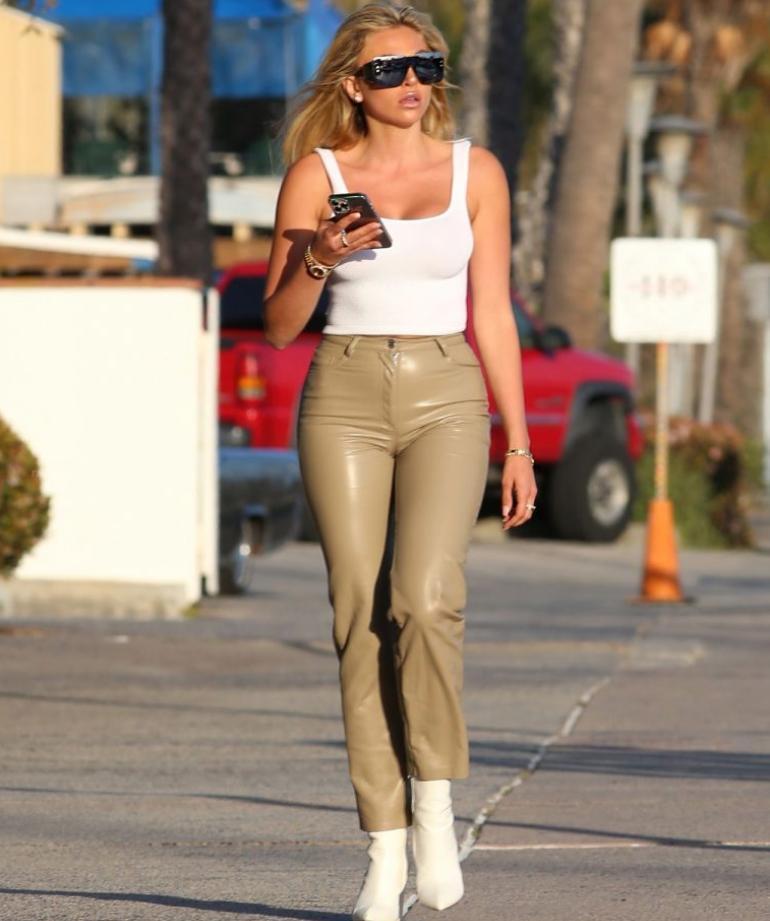 Khloe terae гуляет по улице: во что она одета