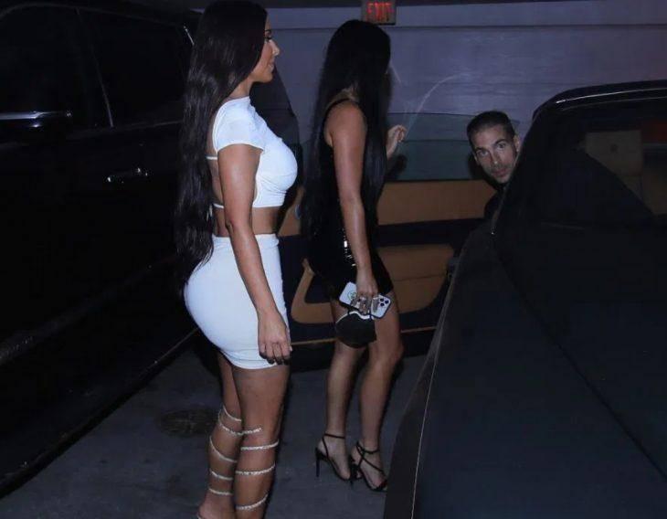 Ким кардашьян в сексуальной мини-юбке на вечеринке в майами (фото)