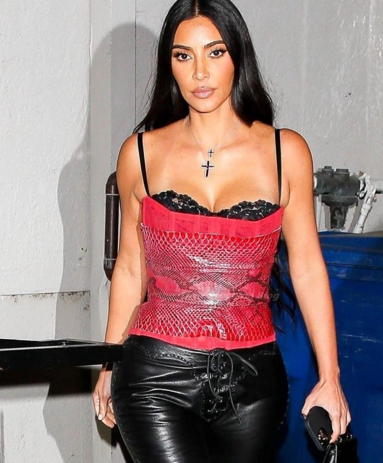 Ким кардашьян в красном «змеином» топе покидая ресторан в лос анджелесе
