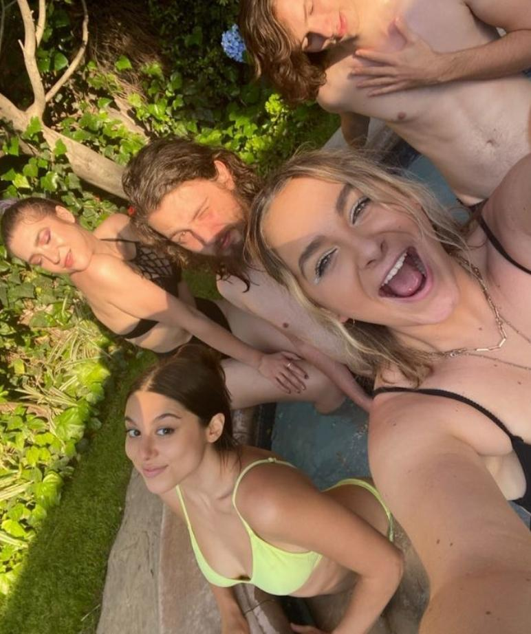 Kira kosarin в купальнике веселится с друзьями в бассейне (фото)