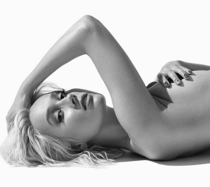 Клава Кока лежит без одежды