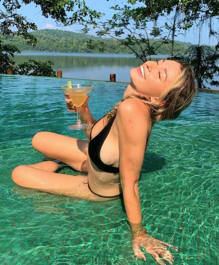 Красавица каролина бенефилд в сексуальном купальнике (10)