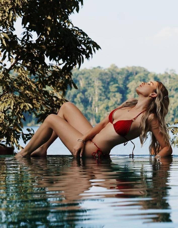 Красавица каролина бенефилд в сексуальном купальнике (11)