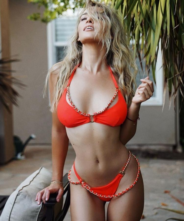 Красавица каролина бенефилд в сексуальном купальнике (6)