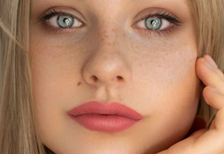 невероятно красивая девушка с розовыми губами