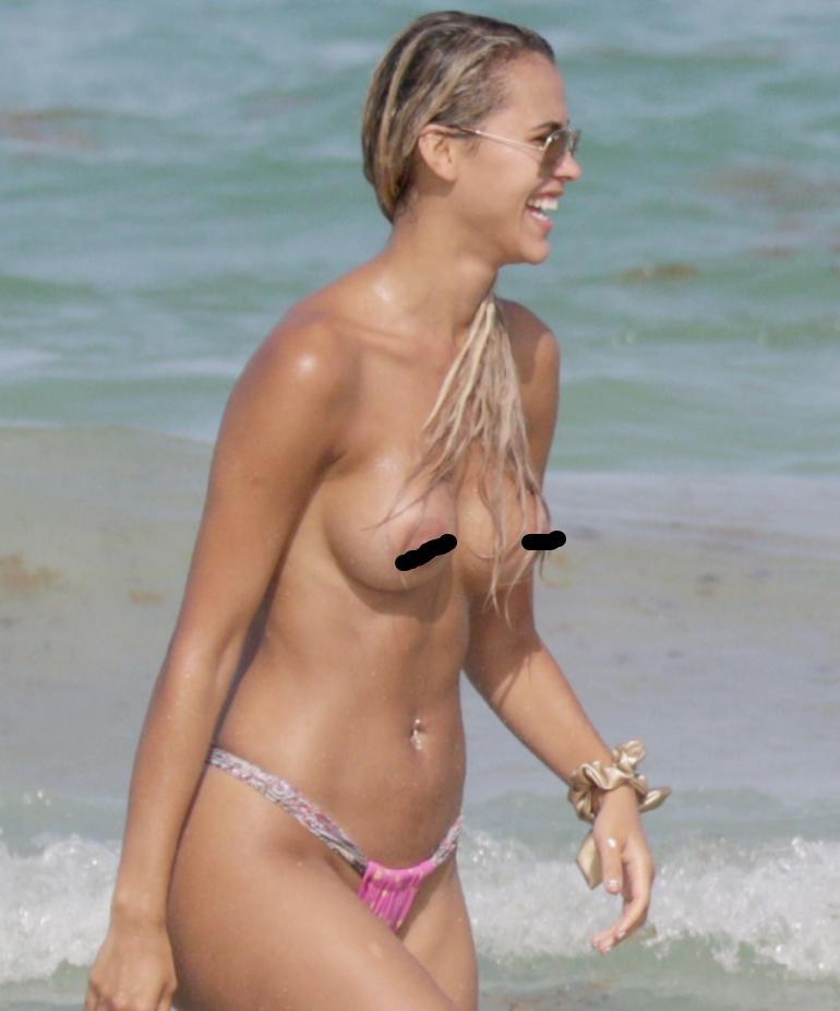Красотки топлес на пляже (4)