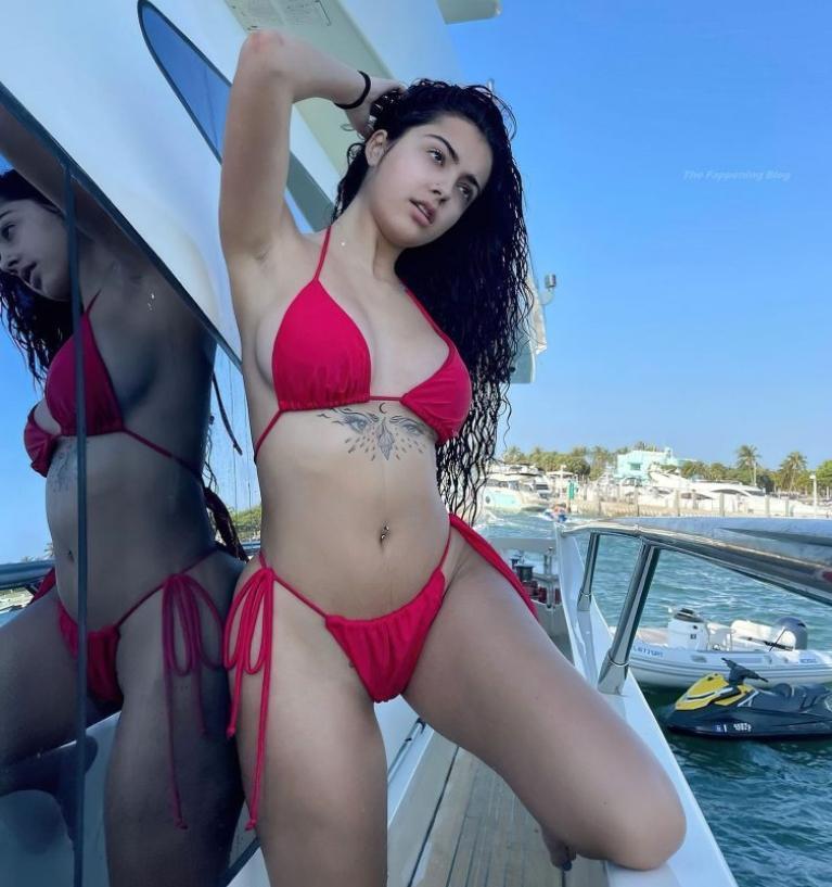Тиктокерша malu trevejo в сексуальном красном бикини и топлесс