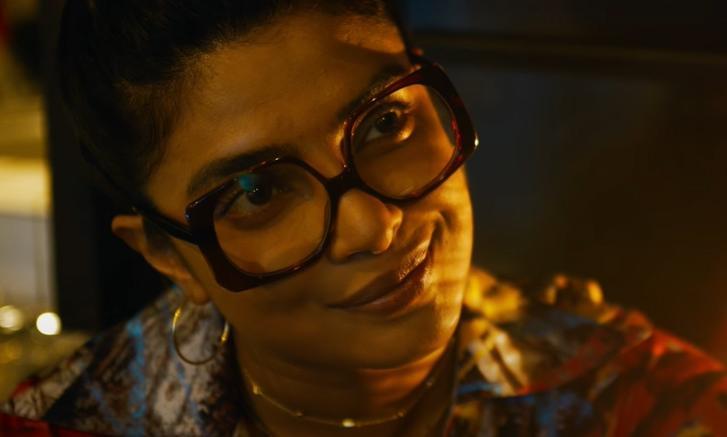 Priyanka Chopra в очках и улыбается