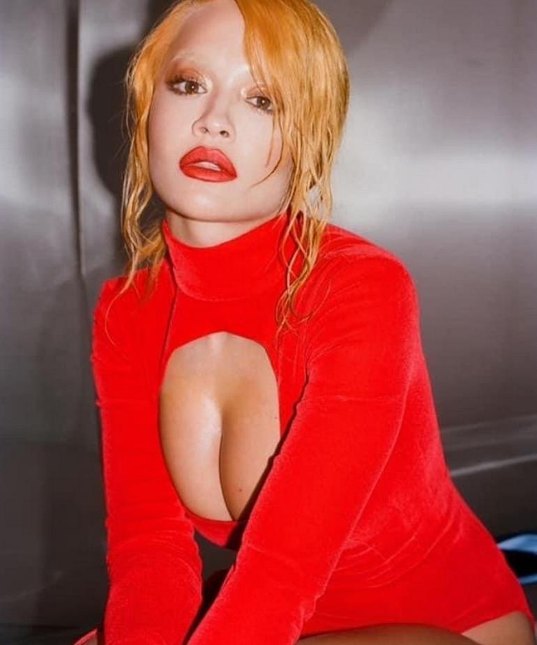 Яркая rita ora в красном платье (фото)