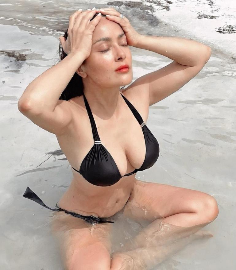 Горячая сальма хайек в сексуальном купальнике (2 фото)