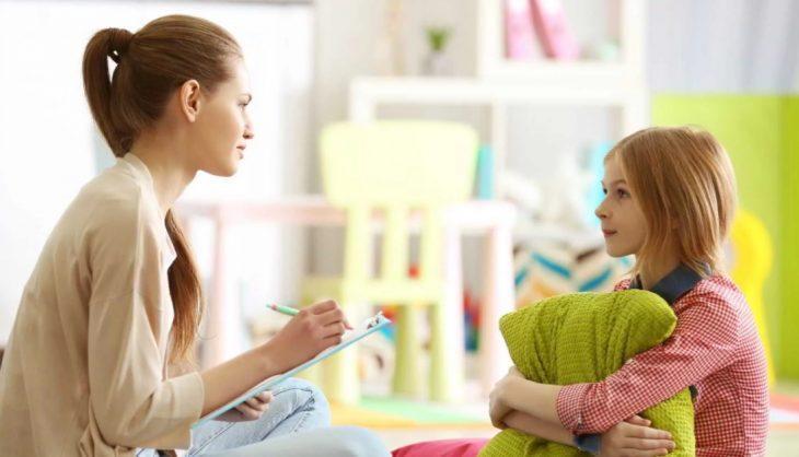 психолог беседует с девочкой