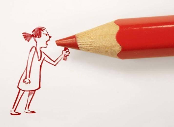 Девушка кричит в карандаш