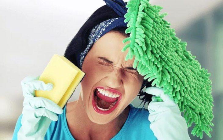 Женщина домохозяйка кричит