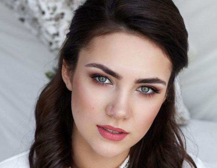 макияж для зелёных глаз брюнеток