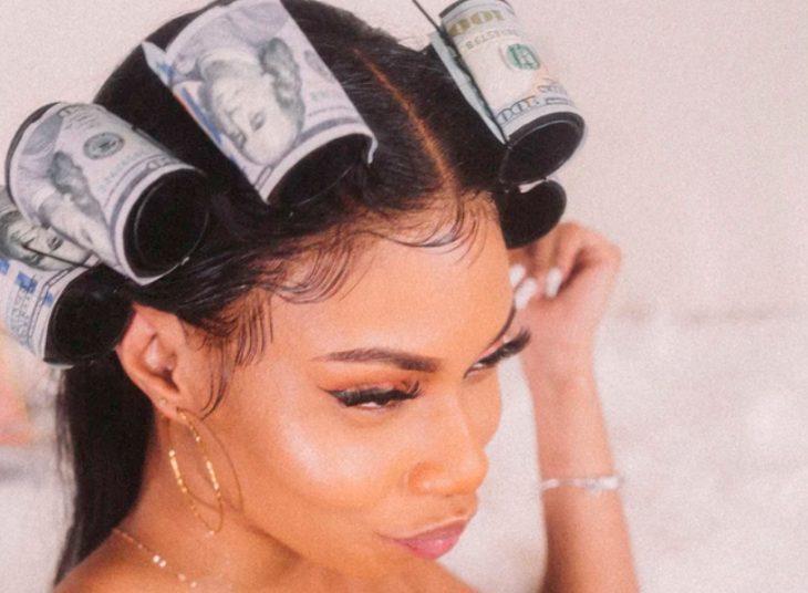 девушка с бигуди из денег