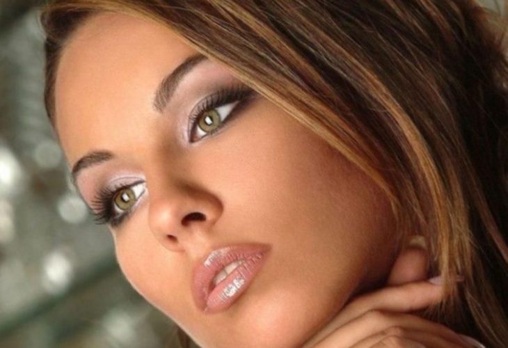 Шатенка: макияж для зелёных глаз