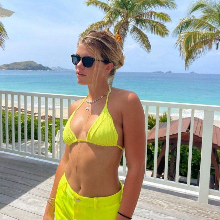 Sofia richie в ярко-жёлтом купальнике