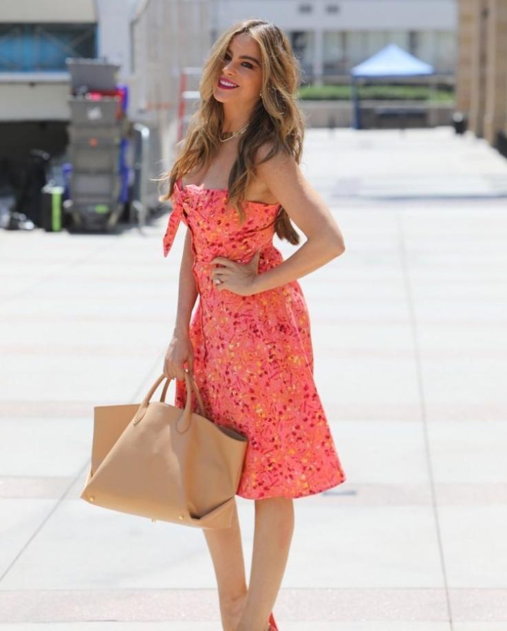 Sofia vergara в красивом платье на улицах лос-анджелеса