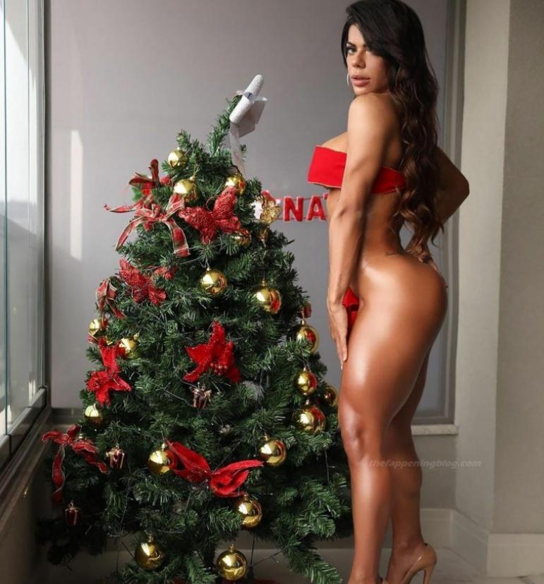 Модель сьюзи кортес (suzy cortez) своими горячими фото поднимает новогоднее настроение
